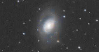 Primer plano de la galaxia M95 en Leo